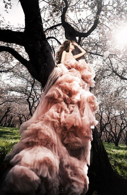 фотосессия девушки на природе в платье на дереве в Коломенском парке +7 926 222 8521 Komlevs.ru Москва