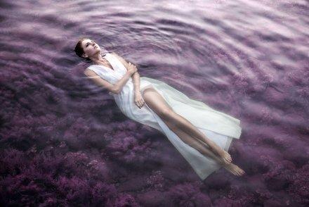 Девушка лежит в воде, в белом платье с фиолетовыми водорослями в Крыму +7 926 222 8521 Komlevs.ru Москва